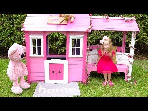 Настя красит новый домик в розовый цвет