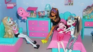 Monster High in a Scary Sleepover (stop-motion)