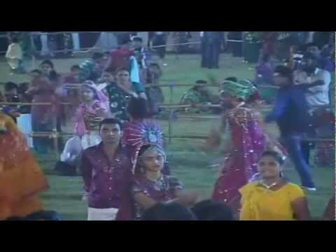 Man Mor Bani Thangat Kare - Gujarati Garba video