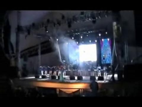 yunuhen villa y la banda monarca en concierto