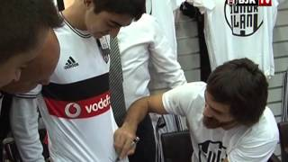 Futbolcumuz Veli Kavlak'tan Genç Taraftarımıza Forma Hediyesi