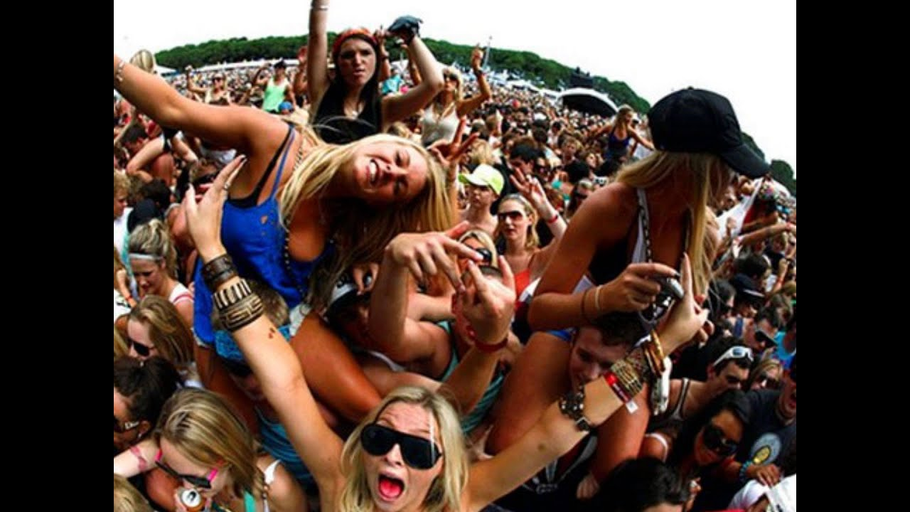Толпа отрывается смотреть онлайн 3 фотография