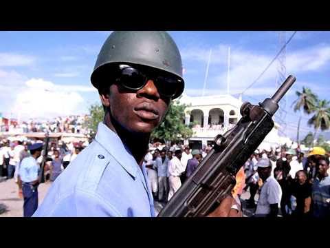 Un soldat parle du Coup d'état de 1991 avec un journaliste