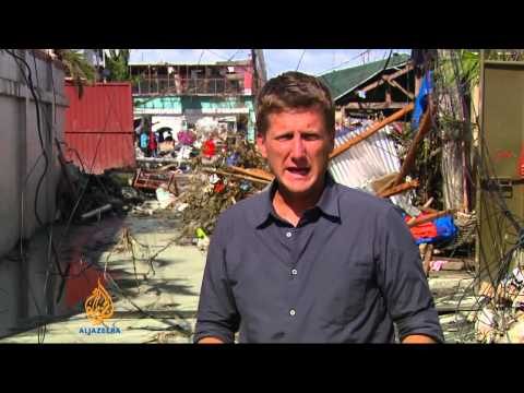 Aid workers struggle to reach victims in Philippines