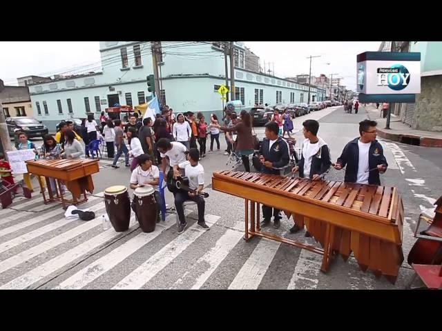 Estudiantes protestan al ritmo de la música; exigen pago de sueldos para maestra