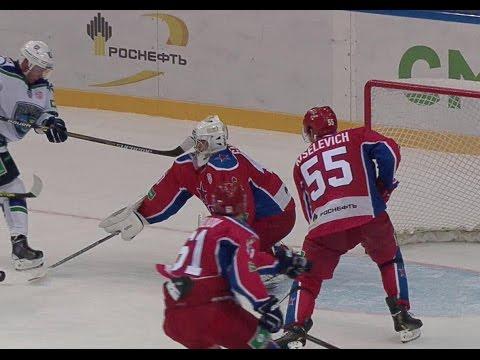 Голкипер ЦСКА получает клюшкой в лицо / Red Army's Galimov gets cut with a stick through the mask