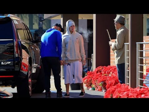 X17 EXCLUSIVE: Cigarette Smoking Justin Bieber Waits For His Meds