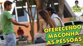 PEGADINHA - OFERECENDO MACONHA ÀS PESSOAS