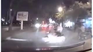 2 thanh niên đi xe máy khiêu khích tài xế lái xe