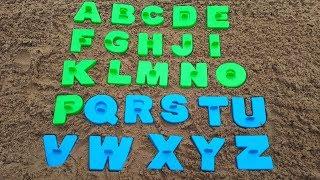 ABC voor kinderen / Spelen met speelgoed schoppen en zand schimmels in de Speeltuin met zand