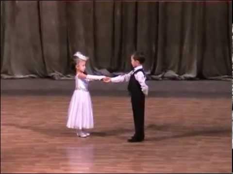 Вальс Малыши танцуют вальс