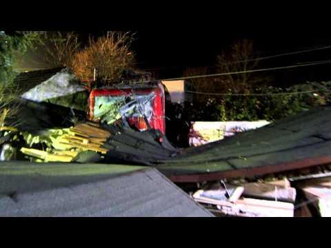 Lok auf Haus Unfall 2 Güterzüge zerfetzen Bus 2
