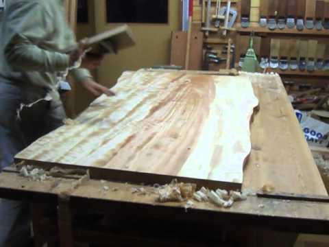 栃テーブル天板の鉋掛け(中仕工)