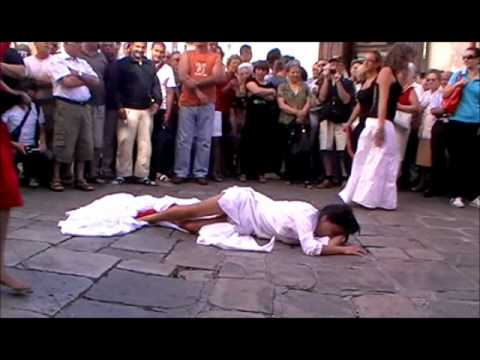 Il ballo che guarisce. L'arrivo delle tarantate a Galatina 2011  1