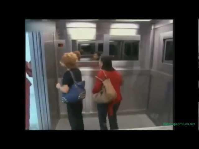 Aterradora cámara oculta de niña fantasma en un ascensor.