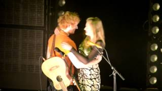 Download Lagu Ed Sheeran Brings Girl Up On Stage at Melbourne Show, Australia Gratis STAFABAND