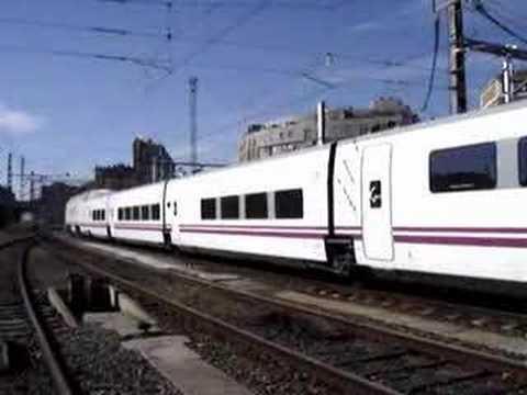 Por vía 5 efectúa su salida el ALVIA procedente de Gijón Cercanías con destino Madrid y Alicante formado por el 130.006.