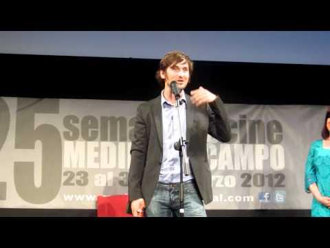 Raúl Arévalo recogiendo el Roel Actor del Sigo XXI. Festival de Cine de Medina del Campo.