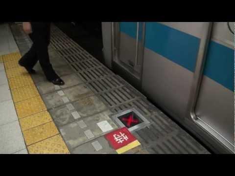 ホームドアのついた小田急新宿駅2号線での停止位置確認の様子