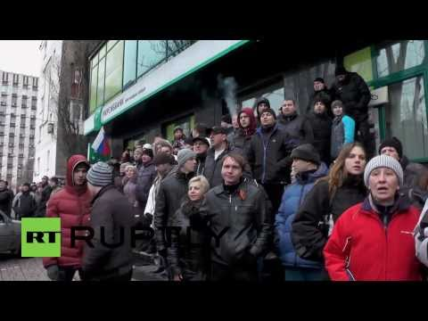 Ukraine: Pro-Russian and Pro-Maidan protesters scuffle in Donetsk