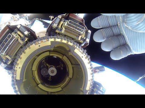 Астронавт пытается спрятать НЛО возле МКС