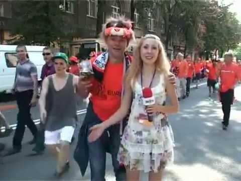Cute reporter and Dutch team fans / Репортерша и голландские болельщики