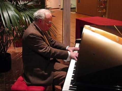 Luca cavieziel al piano.wmv