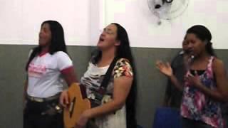 Ana Carolina cantando  escudo na vigilia templo da fé