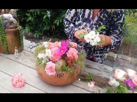 Blumendeko in Kupferschale