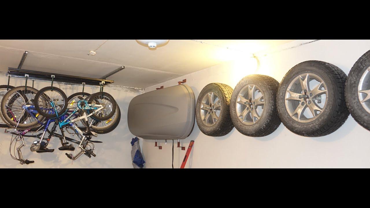 Сезонное хранение шин колес и резины в гараже используя стен.