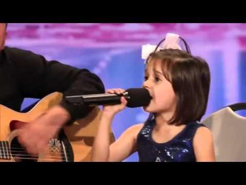 Ni ña de 7 años conmueve al público con su espectacular voz