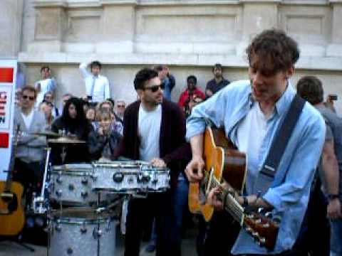"Razorlight - ""America"" (acoustic busking gig in London, March 24 2011)"