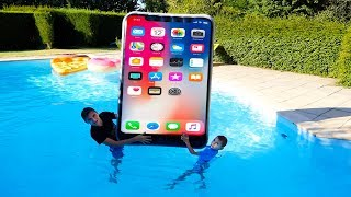 iPhone Géant dans la Piscine ! - Kids pretend play with Big iPhone in our swimming pool