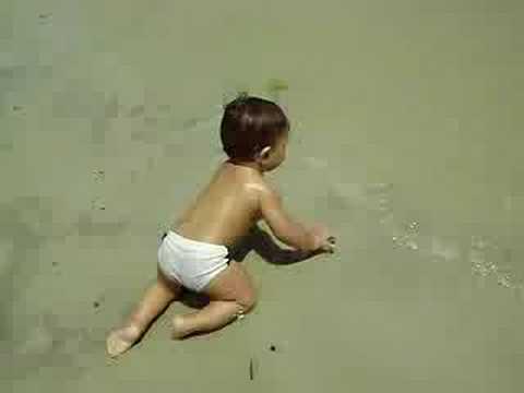 bebê enfrentando tsunami