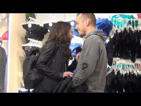 Пикап в дешевой одежде. Знакомство с девушкой в магазине нижнего белья. Играет ли роль внешний вид