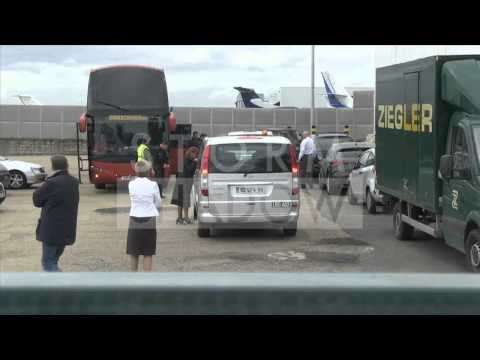 Niall Horan DANCING FUNNY at airport PARIS !!!!