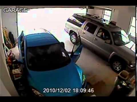 Девушка выезжает из гаража