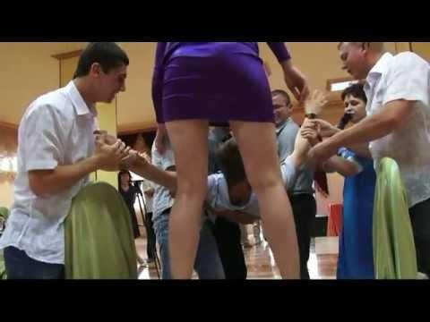 Между ног (конкурс на свадьбе)