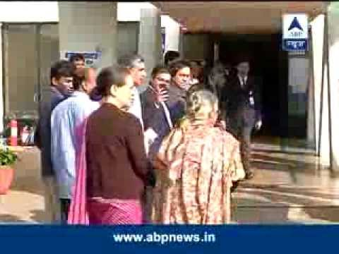 Delhi: Sonia Gandhi, CM Sheila Dikshit cast vote