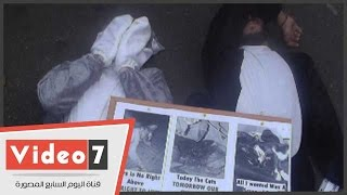 بالفيديو.. «الرجل القط» يفترش الأرض ويطالب بـ«القصاص» لقطط مذبحة الجزيرة