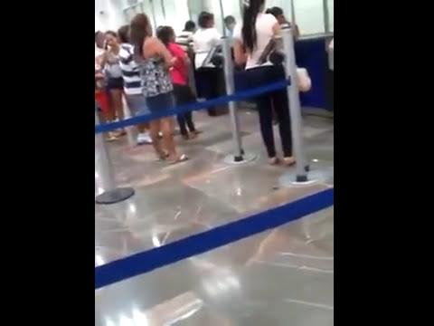 Mujeres peleando en un banco junio 2014