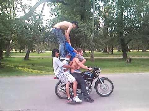 colgando motos (el palo de leito)