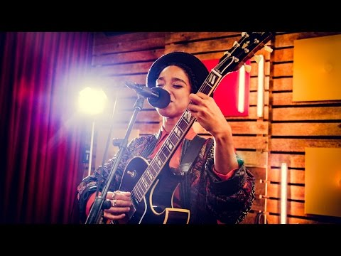 Lianne La Havas - I Say A Little Prayer (Aretha Franklin cover) (live)