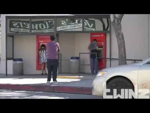 رجل مخنث يترك حقيبته في الشارع والمفاجئة داخل الحقيبة thumbnail