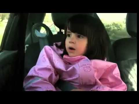 niña cantando rock pesado en el auto