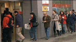 video it.euronews.com/ La disoccupazione segna un nuovo record. Nell'eurozona, il tasso a settembre ha superato la soglia dell'11,5 per cento. Nell'Unione europea a 27 ci sono oltre 25 milioni...