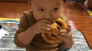 Em bé gặm chiếc bánh khổng lồ ăn ngon lành - Cách cho bé ăn ngon miệng