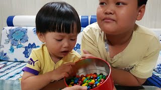 Trò chơi ăn kẹo| Tin và anh Hai ăn kẹo chocolate M&M