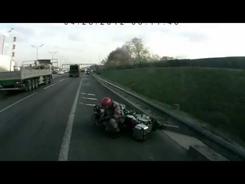Мотоциклист залетел под грузовик