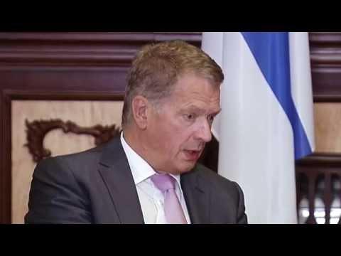 Finnish President Sauli Niinisto talks to Ukrainian President Petro Poroshenko